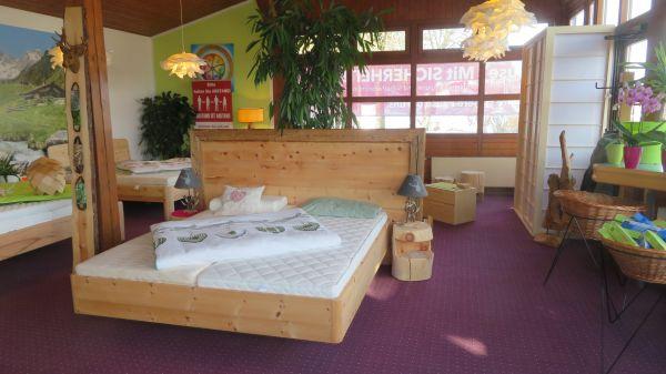 Zirben-Designerbett ALPENFREUDE 180x200 - mit imposanter Zirbenholz-Vertäfelung. Urige Bettschönheit