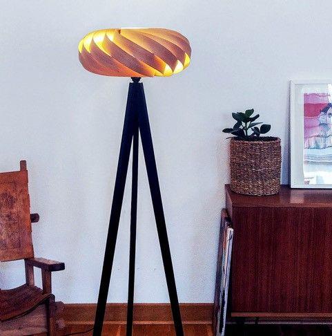 Designer-Furnier Stehlampe in Zirbe massiv, Holzfüße schwarz