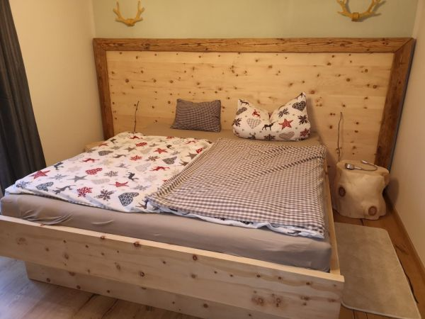 "Zirben-BOX-Bett ""BERG-FRÜHLING"" 180x200 cm mit Altholz-Umrandung, schwebend"