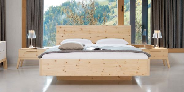 Zirbenholzbett ALPENLAND 200x200 cm. Schwebende Bettschönheit in Komforthöhe